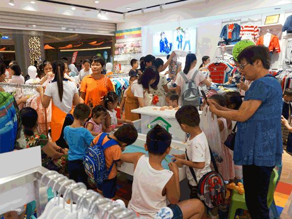 可米芽童装店铺展示