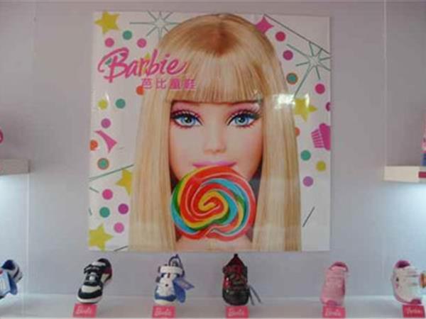 芭比娃娃童装店铺展示