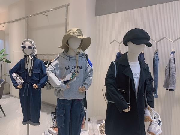 续物童装店铺展示